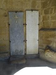 Eglise - Français:   Pierres tombales sous le porche de l\'église Saint-Gilles de Mont-d\'Astarac.