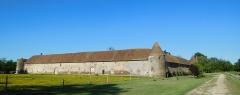 Château de la Vallée - Français:   Le château de la Vallée (communs) vu depuis l\'entrée du domaine; Assigny, Cher, France.