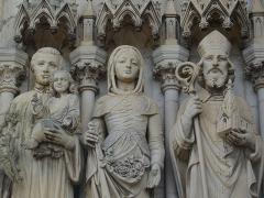 Basilique Notre-Dame-des-Enfants - Français:   Statues de Saint Louis de Gonzague, Sainte Germaine et Saint Osmond portail Basilique Notre-Dame des Enfants