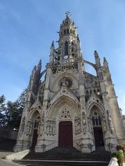 Basilique Notre-Dame-des-Enfants - Français:   Façade de la Basilique Notre-Dame-des-Enfants à Châteauneuf-sur-Cher, seul édifice religieux en France dédié aux enfants. En 1861, l'abbé Ducros est nommé à la cure de Châteauneuf-sur-Cher. L'église est quasiment en ruine. Il a alors l\'idée de demander deux sous à tous les enfants de France pour la reconstruire. Il reçoit beaucoup de petits dons, souvent accompagnés de lettres. Dans l'une d'elles, une fille de dix ans habitant Semur-en-Brionnais, évoque Notre-Dame des Enfants. L'idée est adoptée. La première pierre est posée en 1869, l\'édifice est ouvert au culte en 1879, est achevé en 1886. Le pape Léon XIII l'érige en basilique mineure en 1896. Elle est consacrée le 24 avril 1898.