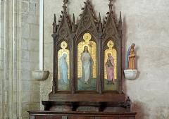 Eglise Sainte-Marie-Madeleine - Français:   Un des vingt-quatre stalles sculptés qui restent sur les cinquante d\'origine, sont de la fin XVe siècle. Ils proviennent de l\'abbaye de Saint-Cyran-en-Brenne. A droite, une statue colorée de Sainte Marie-Madeleine.