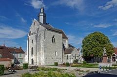 Eglise Saint-Genou (ancienne abbatiale) - Français:   Abbatiale Saint-Genou de Saint-Genou depuis la place