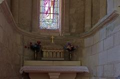 Eglise Saint-Genou (ancienne abbatiale) - English:   Châsse-reliquaire contenant des ossements de Saint-Genou.  Selles-Saint-Denis* (Loir-et-Cher) village qui s\'est appelé Selles-Saint-Genou, serait, selon la tradition, le lieu où seraient morts et inhumés, Saint-Genou et son père (Genitus). Par la suite, les reliques de Saint-Genou auraient été transportées au monastère de l\'Estrée, près du village actuel de Saint-Genou, celles de Saint-Genitus (le père) seraient restées à \