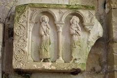 Eglise Saint-Genou (ancienne abbatiale) - Français:   Fragment de retable du premier quart du XIIe siècle. Il a été trouvé en février 1886, en démolissant l\'ancien autel. A l\'emplacement du tombeau de Saint-Genou.