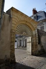 Ancienne maison canoniale de Saint-Martin - Français:   Porte monumentale datée du 17ème siècle située 6 rue Rapin a Tours (Indre et Loire, France).
