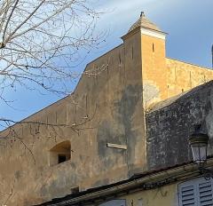 Citadelle et palais du Gouverneur, partiellement aménagé en Musée d'Ethnographie - Français:   A forca (la potence) nant\'à una facciata di a Citatella di Bastia