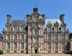 Domaine de Beaumesnil (également sur commune de Gouttières) - English:   Château de Beaumesnil (Eure)  De la forteresse élevée au XIIIe siècle, il ne subsiste, pour la mémoire, qu'une motte couverte d'un labyrinthe végétal qui matérialise l'emplacement d'une ancienne tour talutée.  Rare exemple de château d'époque Louis XIII (l'essentiel de la construction, dirigée par l'architecte Jean Gallard, se situe entre 1633 et 1640), la demeure actuelle, contemporaine de la fontaine Médicis et de l'hôtel de Sully, porte l'empreinte de la Renaissance finissante, mais on y trouve aussi la marque de courants nouveaux, venus d'Italie (style florentin) et de Hollande. Les matériaux utilisés sont la brique et la pierre. La brique, bon marché, était produite en grande quantité en Normandie mais, pour remédier aux éventuels défauts de fabrication, il était d'usage de renforcer les parties les plus fragiles avec de la pierre.  fr.wikipedia.org/wiki/Ch%C3%A2teau_de_Beaumesnil  www.chateaubeaumesnil.com/