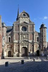 Collège de la Ville - English:   Eu (Seine-Maritime) - Chapelle du collège des Jésuites.  . En 1580, Henri de Guise, dit le Balafré, époux de Catherine de Clèves, comtesse d'Eu, fait édifier le collège des Jésuites. Son assassinat à Blois, le 23 décembre 1588, retarde les travaux. Catherine de Clèves décide alors de faire terminer la construction, et d'y ajouter en 1613 une chapelle dédiée à Ignace de Loyola, fondateur de la Compagnie de Jésus, terminée en 1624. De chaque côté du chœur sont placés les mausolées du duc de Guise et de Catherine de Clèves. Celui d'Henri de Guise n'est qu'un cénotaphe et non un véritable tombeau, puisqu'après son assassinat son corps fut brûlé, et ses cendres dispersées dans la Loire.. . La chapelle sert aujourd'hui de lieu d'expositions.. . La chapelle du collège des Jésuites d'Eu a été classée Monument historique en 1846, la porte d'entrée en 1914. .  fr.wikipedia.org/wiki/Chapelle_du_coll%C3%A8ge_des_J%C3%A...