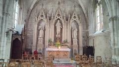 Eglise - Français:   Neufchâtel-en-Bray - La nef de l\'église - Autel du transept