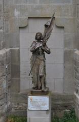 Cathédrale Saint-Michel et abords - Français:  Jeanne d\'Arc au sacre par André Vermare, 1909.