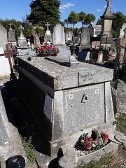 Cimetière de Saint-Martin-de-Poursan - Deutsch:   Das Grab des französischen Historikers und Archivars Joseph Poux auf dem Cimetière de la Citè in Carcassonne (Aude).