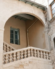 Immeuble - Interlingue:   Nîmes (Gard, Languedoc, France), north of the Écusson historic district, building at No. 15 Lombards street, whose roofs and facades overlooking an interior courtyard are listed as a Historic Monument.