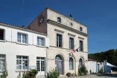 Hôtel de ville et bâtiments voisins appartenant à la commune - Français:   Hôtel de Ville et bâtiments voisins appartenant à la commune de l\'Île-d\'Aix,  fr:Charente-Maritime, France