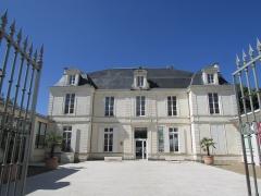 Hôtel de Hausen - Français:   Façade de l\'hôtel de Hausen abritant le musée des Cordeliers à Saint-Jean-d\'Angély.