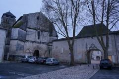 Eglise Saint-Pallais - Français:   le porche de l\'entre de l\'abbaye et le portail de l\'église st-Pallais en la ville de saintes.