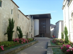 Ancien couvent des Jacobins et ancienne maison de Maurice Martineau, actuellement bibliothèque municipale - Français:   Bâtiment dit «de l\'hostellerie» à Saintes