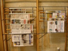 Ancien couvent des Jacobins et ancienne maison de Maurice Martineau, actuellement bibliothèque municipale - English:   Saintes, C-M, Library, Newspaper stick