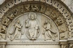 Eglise Saint-Nicolas - Dinan (Côtes-d\'Armor)  Basilique Saint-Sauveur.  Le porche d\'entrée.  Le premier niveau de la façade ouest appartient à l\'église romane d\'origine (XIIe).  Il est composé de trois arcades séparées par un groupe de cinq colonettes. L\'arcade d\'entrée est encadrée par deux arcades aveugles, rescindées en deux autres.  Le lion de Saint Marc et le boeuf de Saint Luc, ailés et tenant chacun un livre, surmontent l\'ensemble.  L\'inspiration byzantine de l\'ensemble, est affirmée par les lions supportant les statues. Cette façade peut être comparée aux constructions de l\'art roman en Poitou, et en particulier de Saint-Nicolas de Civray dans la Vienne: www.monumentum.fr/eglise-saint-nicolas-pa00105429.html  Au XVe siècle, l\'étage supérieur a été remplacé par un pignon avec une grande fenêtre à réseau* flamboyant.  Au XIXe siècle, la porte centrale a été surmontée d\'un tympan.     Le réseau est la partie supérieure du remplage du vitrail. Le remplage étant constitué de la partie du vitrail constituée du même matériau que l\'embrasure (en général en pierre).     www.infobretagne.com/dinan-eglise-saintsauveur.htm