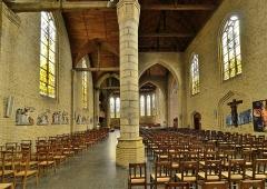 Eglise Saint-Martin - Français:   Nef avec pilier central Eglise Saint-Martin de Bergues