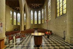 Eglise Saint-Martin - Français:   Nef Eglise Saint-Martin de Bergues. Les vitraux sont signés des maîtres-verriers Max Ingrand (1908-1969) et son élève François Bertrand (né en 1927).