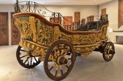 Ancien chapître des Chanoinesses -   Cambrai (Nord) - Musée des Beaux-Arts - Char de procession du chapitre des chanoinesses de Sainte Aldegonde de Maubeuge (IIe quart du XVIIIe).  Bois polychrome et doré