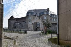 Château d'Aumont -   Boulogne-sur-Mer (Pas-de-Calais) - Le château-musée. . Il fut érigé en même temps que les fortifications. Il est l\'un des premier château fort édifié sans donjon dans l\'histoire de l\'architecture militaire. Les douves sont remises en eau et le pont-levis a été reconstitué. Les plus belles salles se situent dans la partie basse: chapelle, salle comtale, souterrains. Le Musée fut créé en 1825. La collection du Musée est unique en Europe avec trésors égyptiens, vases grecs, masques d\'Alaska, arts d\'Afrique, porcelaine, etc.. . <a href=\