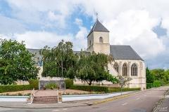 Eglise Saint-Martin - Français:   L\'église et le monument aux morts vus de la rue du centre