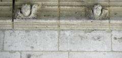 Chapelle Notre-Dame-de-Pitié - Français:   Chapelle Notre-Dame-de-Pitié de Longny-au-Perche (61). Extérieur. Chevet. Élément sculpté de la corniche.