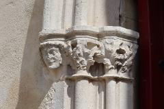 Château - Français:   Extérieur de l\'église Saint-Symphorien d\'Époisses (21). Portail occidental. Chapiteaux gauche.