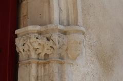 Château - Français:   Extérieur de l\'église Saint-Symphorien d\'Époisses (21). Portail occidental. Chapiteau droit.