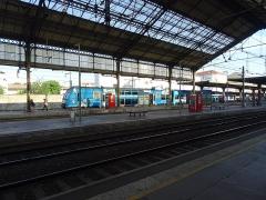 Gare - Français:   Marquise de la gare de Valence-Ville avec un TER 2N PG.