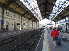 Gare - Français:   Les voies de la gare de Valence-Ville sous la grande marquise.