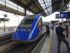 Gare - Français:   X 72500 à quai en gare de Valence-Ville.