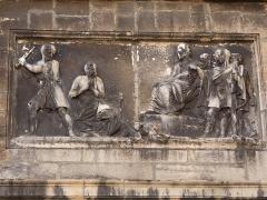 Eglise Saint-Just - Français:   Façade: bas-relief du martyre de saint Irénée.