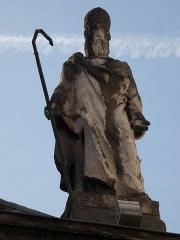 Eglise Saint-Just - Français:   Façade: statue de saint Irénée.