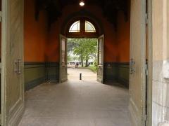Maison dite Villa des Frères Lumière, actuellement Fondation nationale de la photographie - Français:   Porte d\'entrée vers le jardin.
