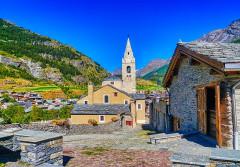 Eglise Saint-Michel - Deutsch:   Fassade der Kirche St. Michael, Lanslevillard, Département Savoyen, Region Auvergne-Rhône-Alpes (ehemals Rhône-Alpes), Frankreich
