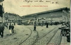Halle - Français:   Carte postale ancienne éditée par Dupuy-Pills ainé à Angoulème, n°55 Angoulême: La place des Halles centrales Vue en moyen plan d\'une rame de tramway.