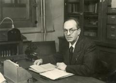Ecole normale supérieure - Français:   Georges Dupont à son bureau du Laboratoire de Chimie de l\'ENS en 1934