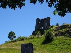 Château fort d'Apchon - Français:   Ruines du château d\'Apchon, Cantal.