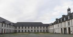 Manufacture des tabacs de Morlaix - Français:   Façade septentrionale de la cour d\'honneur de la Manufacture des tabacs de Morlaix (29).