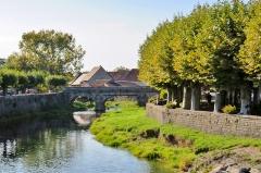 Pont 18e siècle près de l'église - Français:   Le vieux pont sur la Seille (vue amont)