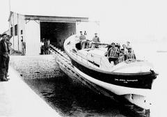 Station de sauvetage en mer de la commune d'Etel, sise dans l'extrémité sud du quai sur la rivière d'Etel - Français:   Inauguration du canot de sauvetage d\'Étel, le Vice-Amiral-Schwerer le 1er juillet 1939; le canot sur sa rampe de lancement (Annales du sauvetage maritime, 1er juillet 1939).