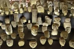Temple gallo-romain de la forêt d'Halatte -   Senlis (Oise) - Musée d\'art et d\'archéologie - Sous-sol - Ex-voto gallo-romains. . La salle voûtée du sous-sol est consacrée au Temple gallo-romain de la forêt d\'Halatte, dont les produits des fouilles n\'occupent toutefois qu\'une petite partie la superficie. C\'est aussi le bâtiment lui-même qui mérite toute l\'attention du visiteur et fait partie intégrante de l\'exposition du musée. D\'une part, il y a les voûtes d\'ogives du XIVe siècle; d\'autre part, les fondations de l\'enceinte gallo-romaine ont été mises en valeur..  (voir suite sur <a href=\
