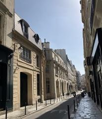 Ancien hôtel Rivié - Français:   Rue du Sentier à Paris IIe, avec l\'hôtel Rivié à gauche.