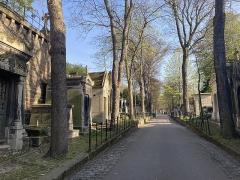 Cimetière Montmartre - Français:   Une des allées du cimetière de Montmartre, l\'avenue Dubuisson entre la 18e et la 19e divisions.