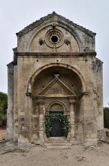 Chapelle et Tour Saint-Gabriel - English:   Chapelle Saint-Gabriel de Tarascon (Bouches-du-Rhône).  . Cette chapelle du troisième quart du XIIe siècle constitue un des plus beaux exemples d\'art roman provençal inspiré de l\'antique, au même titre que la cathédrale Notre-Dame de Saint-Paul-Trois-Châteaux, l\'église de Saint-Restitut, le prieuré du Val des Nymphes, la Cathédrale Notre-Dame des Doms d\'Avignon, la chapelle Notre-Dame d\'Aubune et l\'église Notre-Dame-du-Lac du Thor.. .  fr.wikipedia.org/wiki/Chapelle_Saint-Gabriel_de_Tarascon