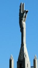 Eglise Saint-Louis - Français:   Statue de l\'archange Gabriel portant la couronne d\'épines placée au sommet du clocher de l\'église Saint-Louis à Marseille.
