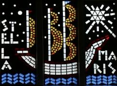 Eglise Saint-Louis - Français:   Vitrail en pavés de verre représentant un bateau avec l\'inscription \