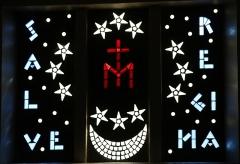 Eglise Saint-Louis - Français:   Vitrail en pavés de verre avec l\'inscription \